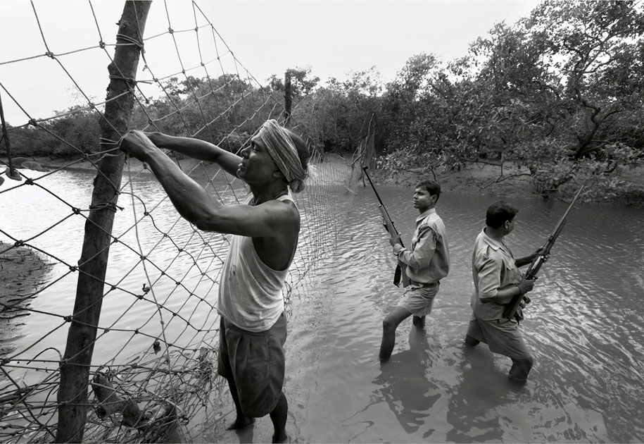 04_wwf.forestguards.blackandwhite.sunderbans.ogilvy&mather.tigerreserve.india.jpg