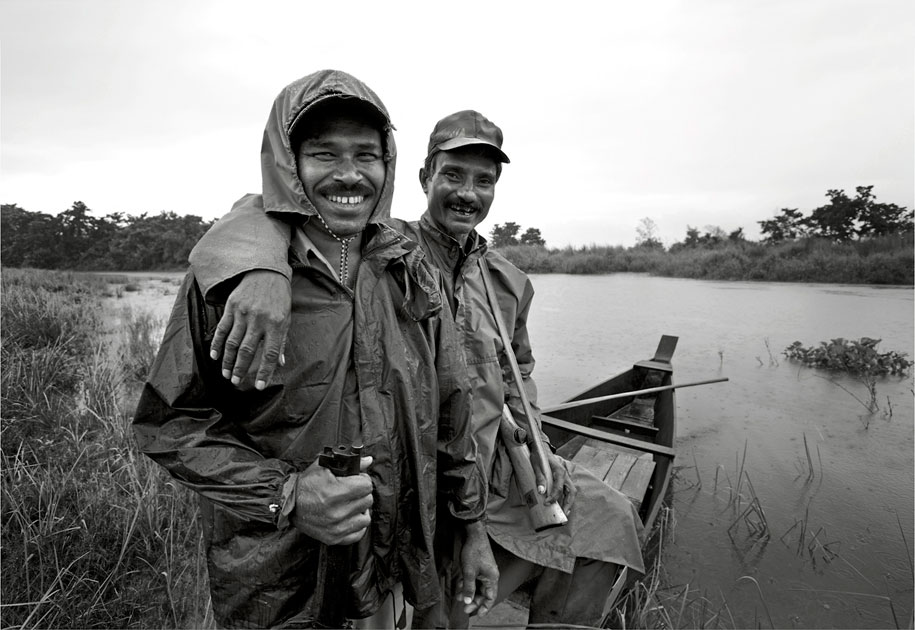 07_wwf.forestguards.boat.blackandwhite.ogilvy&mather.kaziranga.nationalpark.india.jpg
