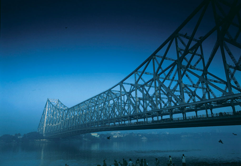 12_bridge.kolkata.malaysiaairlines.leobunett.color.blue.india.jpg