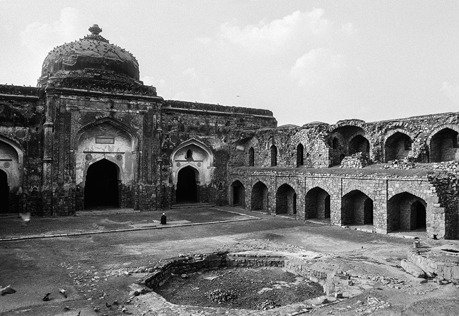 06_mosque.prayer.delhi.blackandwhite.india.jpg