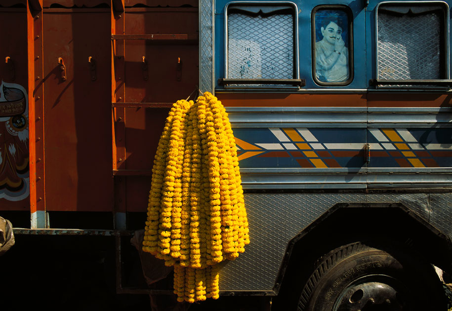 04_malaysiaairlines.kolkata.truck.flowers.color.india.jpg