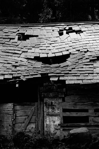 05_smile.broken.hut.life.blscksndwhite.india.jpg