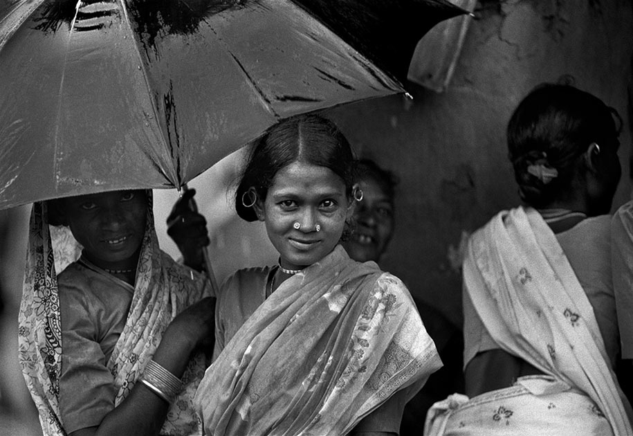 06_indian.woman.umbrella.rain.bastar.blackandwhite.beautiful.jpg