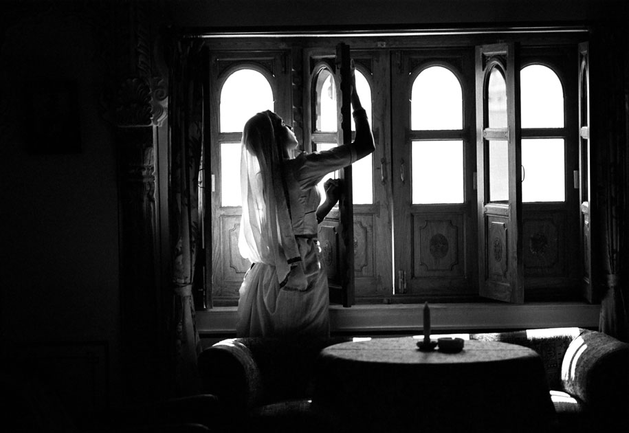 02_woman.cleaning.window.rajasthan.blackandwhite.india.jpg